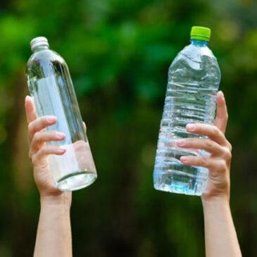 Nên chọn chai nhựa hay thuỷ tinh để đựng đồ uống mang đi